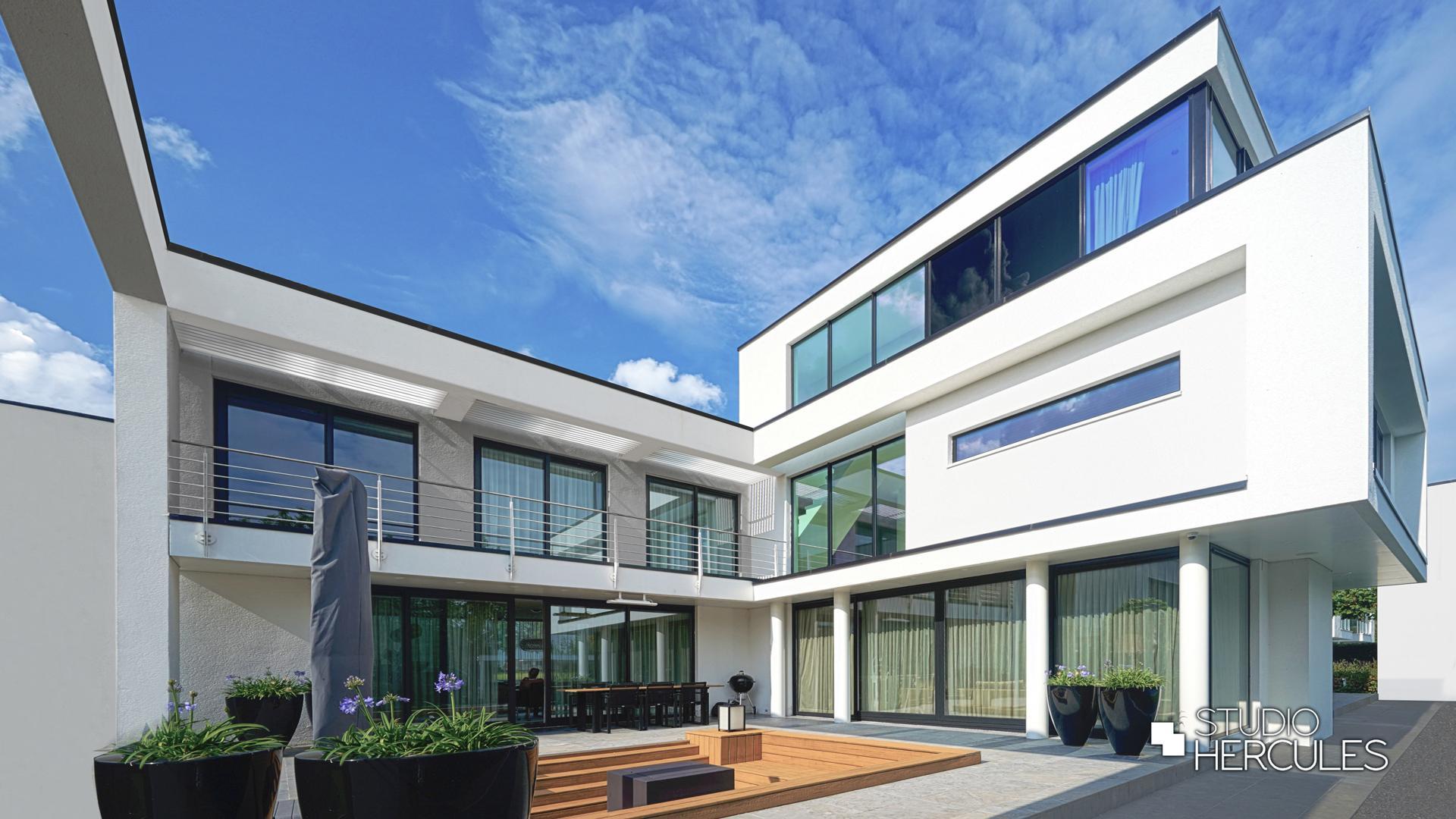 StudioHercules Grote puien met wit stucwerk moderne gevel.