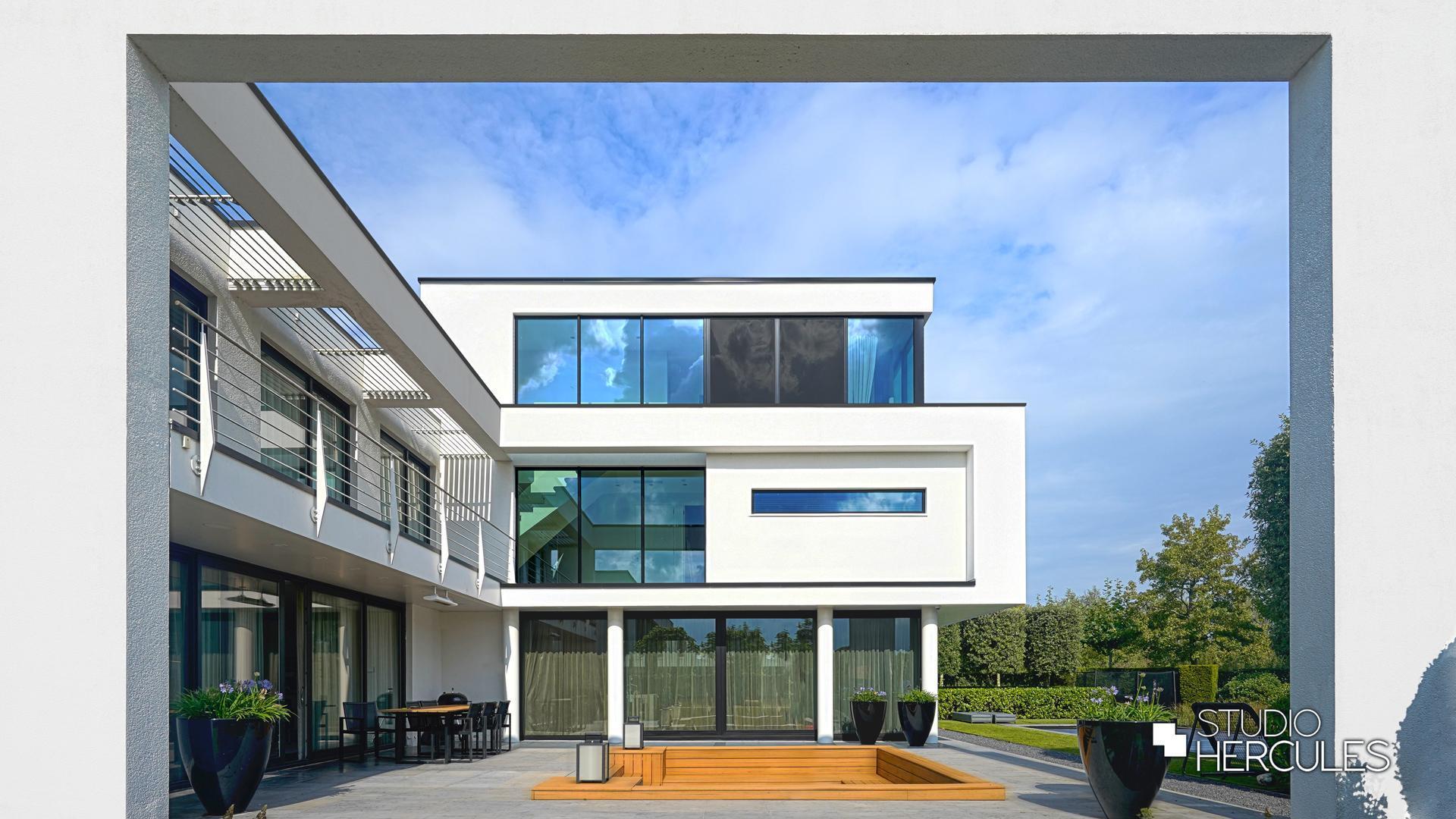 StudioHercules zijgevel van moderne villa met witte kaders.