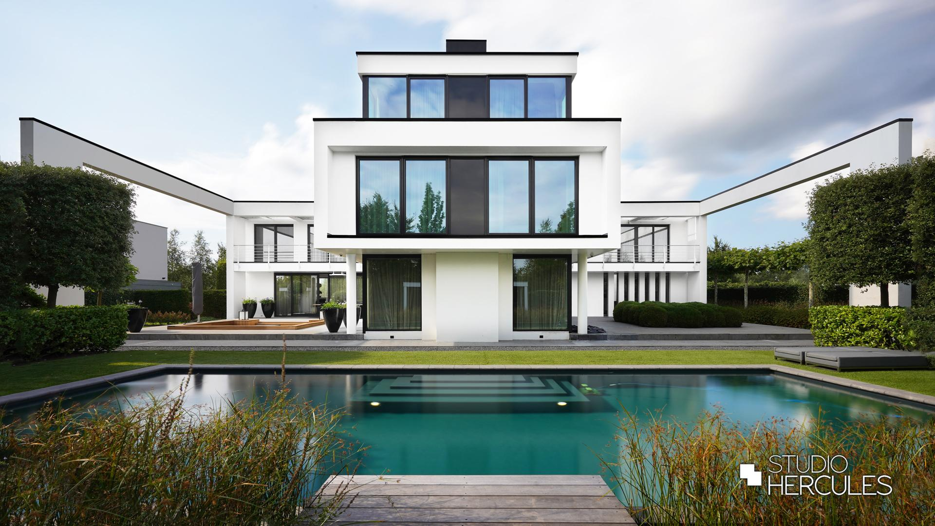 StudioHercules Symmetrische architectuur met moderne strakke lijnen.