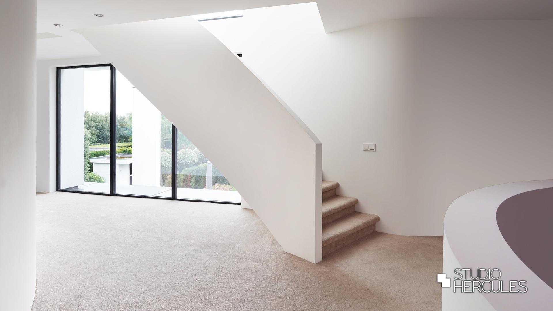 Licht trappenhuis in moderne hal