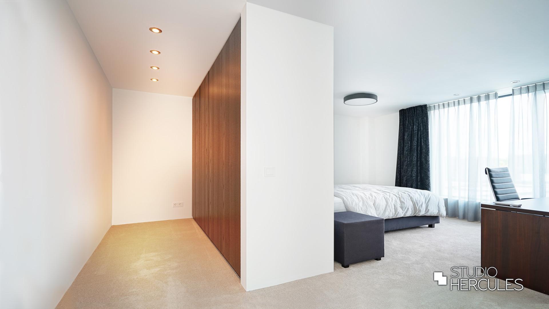 Walk-in-clost in moderne slaapkamer
