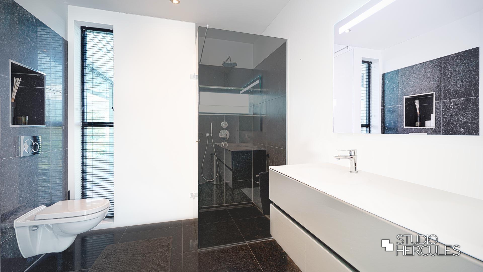 Lichte badkamers in strakke villa.