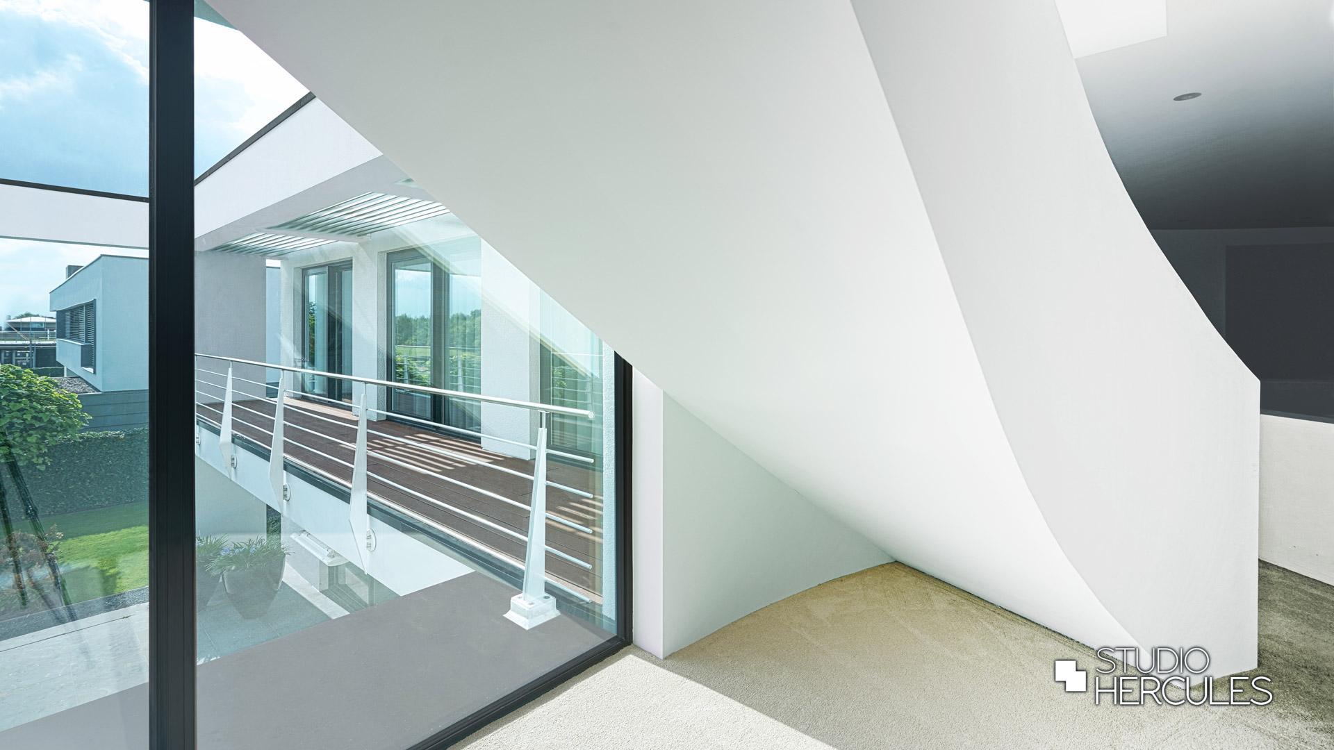 Moderne trap in hedendaagse villa.
