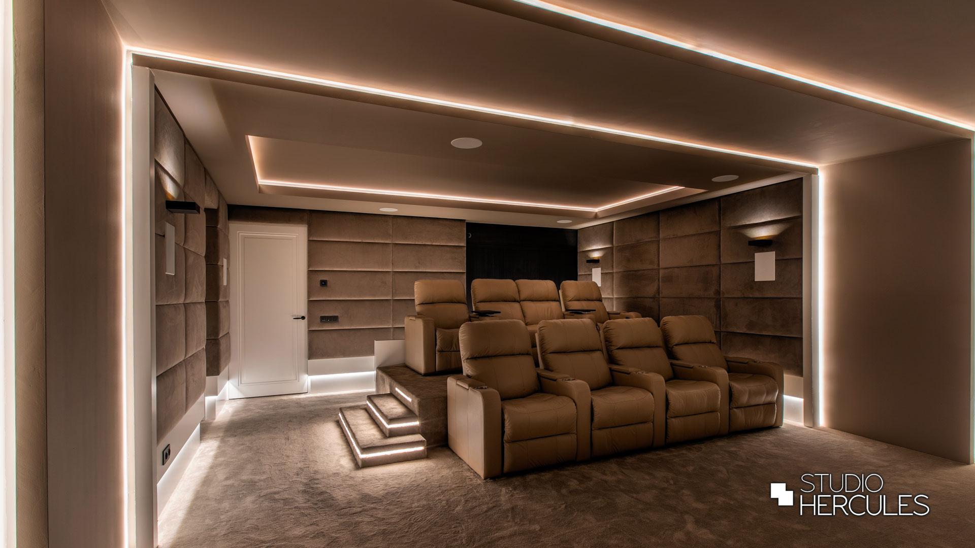 Luxe afwerking in moderne thuisbioscoop met kussenwand en beige stucwerk