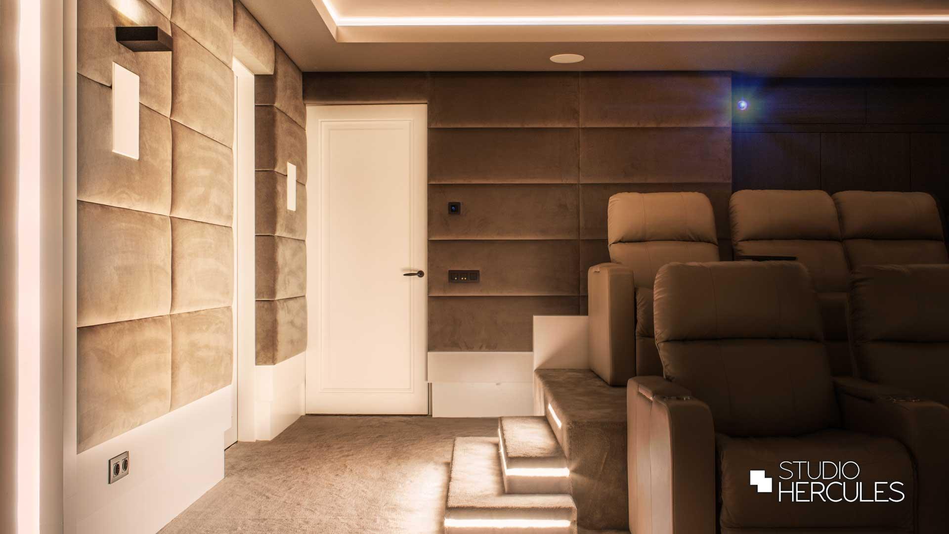 Uplights, 4K beamer, leren stoelen, podium bioscoop