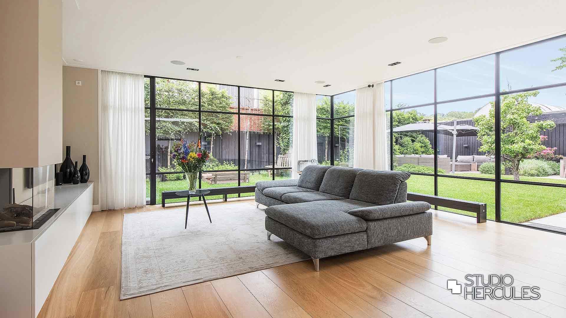 Luxe woonkamer met high end afwerking openhaard