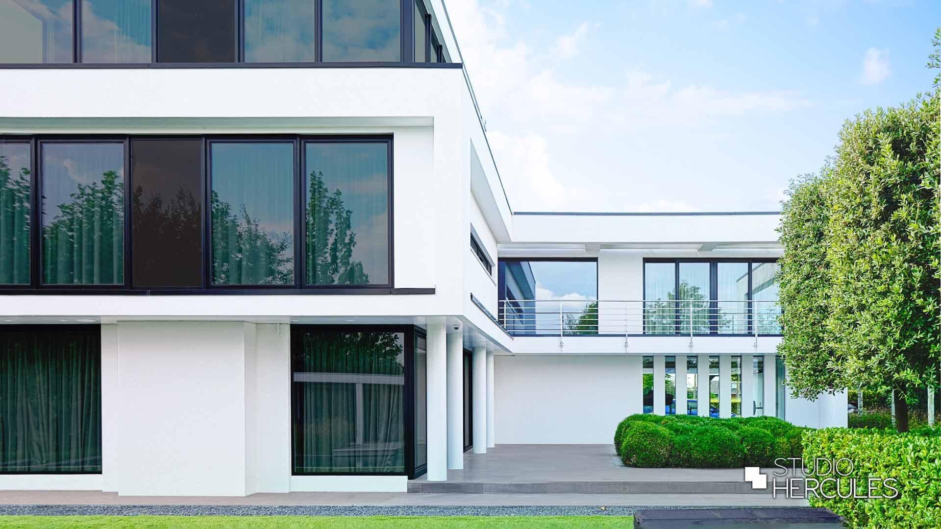 Witte villa in regio Amsterdam door architect Maarten Hercules