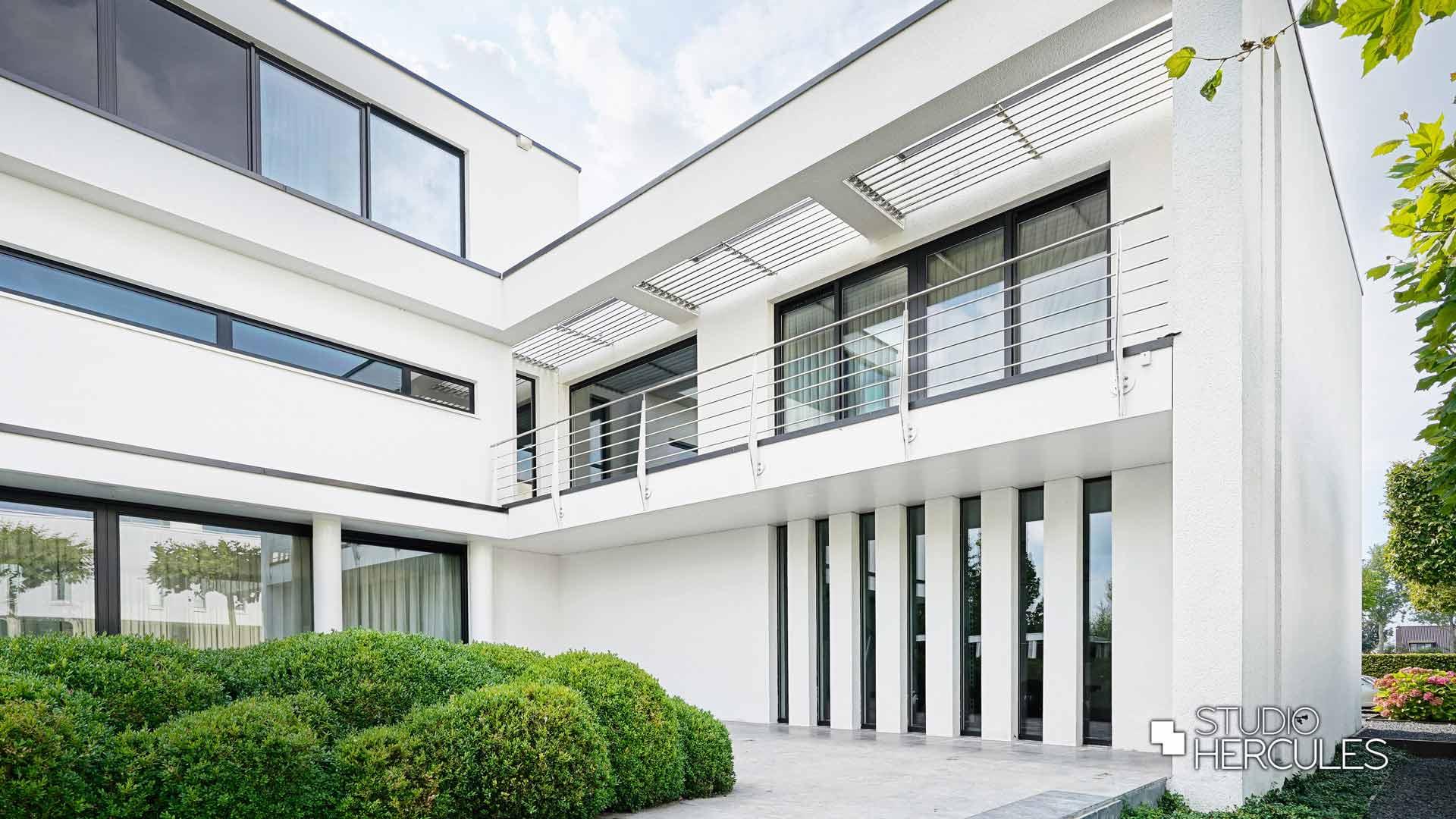Binnentuin aan slaapkamer strake modernistische villa